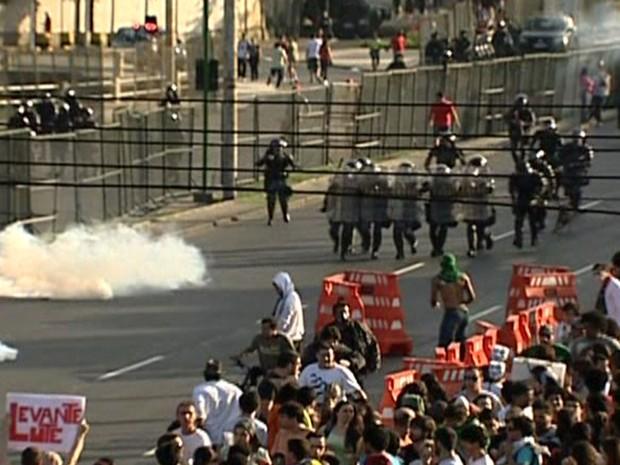 Policiais do Choque contêm grupo que tenta se aproximar do Maracanã (Foto: Reprodução/TV Globo)