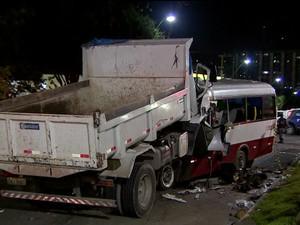 GNews - Acidente entre caminhão e micro-ônibus mata 14 em Manaus (Foto: Reprodução Globo News)