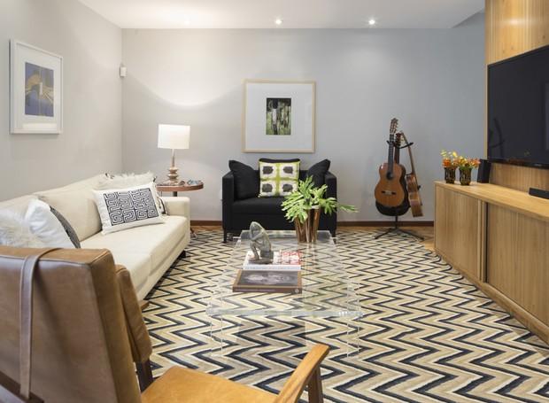 Reformada pelo arquiteto Robert Robl, a sala de 26m² passou por várias modificações. A principal delas: a TV mudou de lugar. Painel e rack, feitos pela Art Laca (Foto: Thiago Travesso/Divulgação)