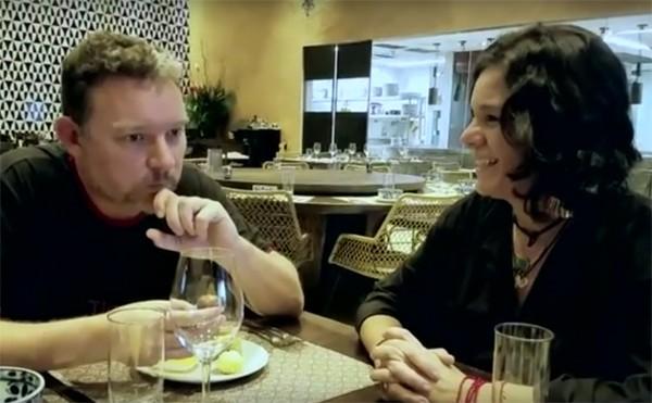 Roberta Malta, editora de lifestyle, apresenta doces brasileiros ao chef espanhol Albert Adrià  (Foto: Reprodução / YouTube)