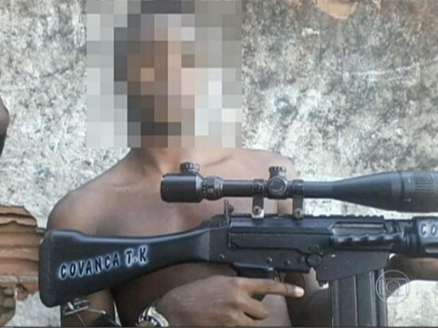 Criminosos mostram armamento pesado no Facebook (Foto: Reprodução / TV Globo)