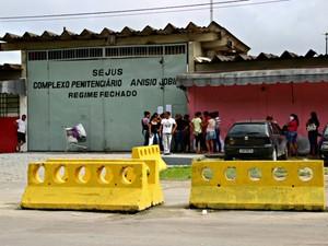 No Compaj, famílias aguardavam para entregar alimentos e produtos aos presos (Foto: Suelen Gonçalves/G1 AM)