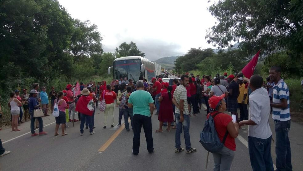 Manifestantes interditaram a BR-116, em Frei Inocêncio (Foto:  Sind-UTE/Divulgação)