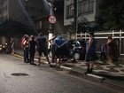 Carro bate em poste e deixa cinco pessoas feridas em São Vicente, SP