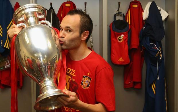 iniesta  espanha taça eurocopa vestiário (Foto: Agência Getty Images)