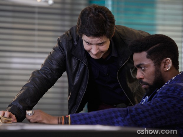Jonas fica tenso com informação do guru (Foto: Raphael Dias/TV Globo)