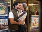 Natallia Rodrigues e o noivo trocam beijos em estreia de espetáculo
