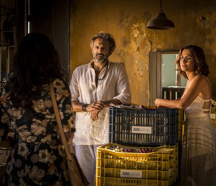 Santo e Tereza ficam surpresos com a chegada de Luzia (Foto: Inácio Moraes/ Gshow)