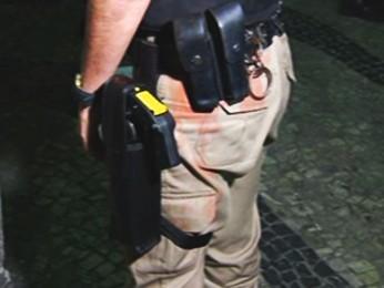 Coronel Cláudia Romualdo, da Polícia Militar de Minas Gerais, foi atingida por um bakão de tinta no protesto em Belo Horizonte (Foto: Reprodução/TV Globo)