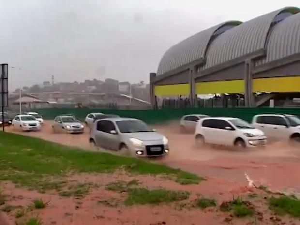 Parte da Avenida Paralela fica alagada após vazamento de adutora (Foto: Imagem/TV Bahia)