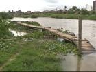 Comunidade usa canoa furada para atravessar rio após chuva 'levar' ponte