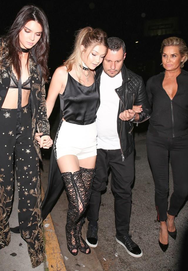 Kendall Jenner e Gigi Hadid chegam à boate The Nice Guy (Foto: AKM-GSI)