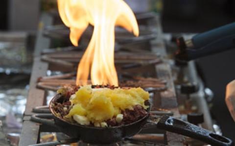 Macaxeira rostie de carne-seca com queijo coalho