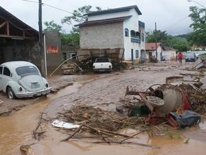 Ruas ficaram cheias de lama em Itaóca, no Vale do Ribeira (Foto: Mariane Rossi/G1)