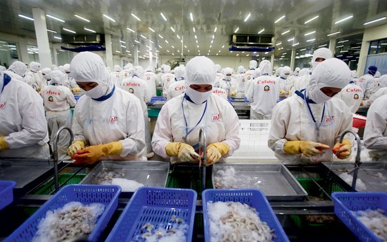 Industria de alimentos no sul do Vietnã.Milhões saíram da pobreza na Ásia (Foto: Nguyen Huy Kham / Reuters)