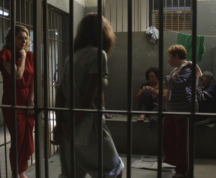 A socialite fica assustada com a recepção das presas (Foto: TV Globo)