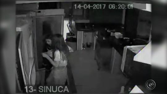 Câmera registra mulheres furtando bebidas alcoólicas de restaurante; vídeo