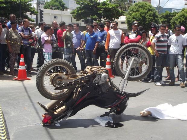 Jovem usou freio dianteiro, mas a motocicleta capotou e ele foi jogado para debaixo das rodas do caminhão. (Foto: Thiago França/G1)