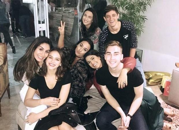 Bruna Marquezine e Stéphannie Oliveira, uma de suas melhores amigas, com o grupo de convidados da aniversariante (Foto: Reprodução/Instagram)
