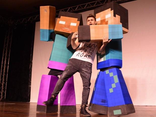 Pedro Afonso com bonecos do espetáculo 'O Paraíso' (Foto: Reprodução/Facebook/Rezendeevil)