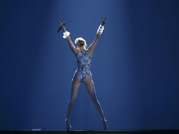 Miley Cyrus canta 'Wrecking ball' no American Music Awards em Los Angeles, nos Estados Unidos (Foto: Lucy Nicholson/ Reuters)