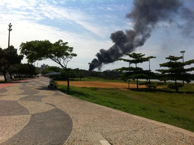 Fumaça preta na Vale é vista no final da Praia de Camburi (Foto: VC no ESTV)