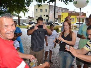 Curiosos se aglomeram para fotografar o guaiamu gigante (Foto: Marina Fontenele/G1)