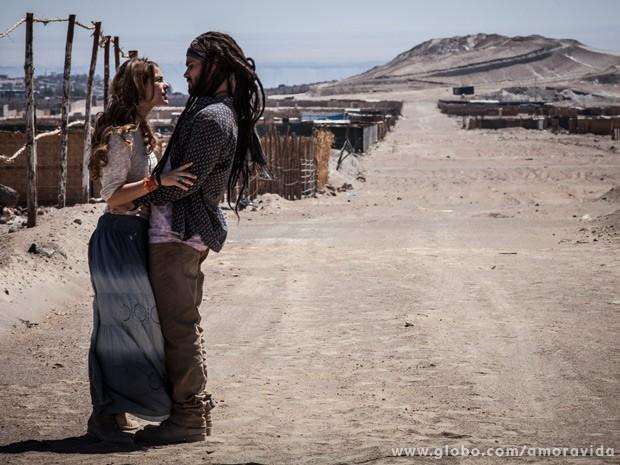 Paloma revela a Ninho que está grávida e o convence a voltar ao Brasil (Foto: Amor à Vida / TV Globo)