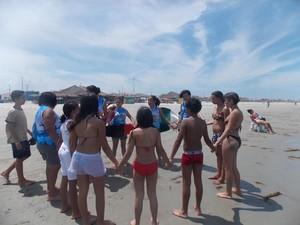 Grupos de oração se formam no meio da praia (Foto: Estevam Alexandrino)