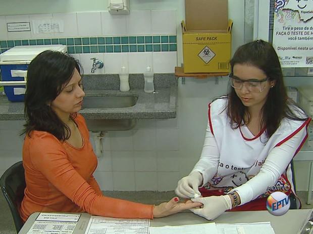 Campanha com testes gratuitos de HIV, sífilis e hepatite C ocorre na região (Foto: Ely Venâncio/EPTV)