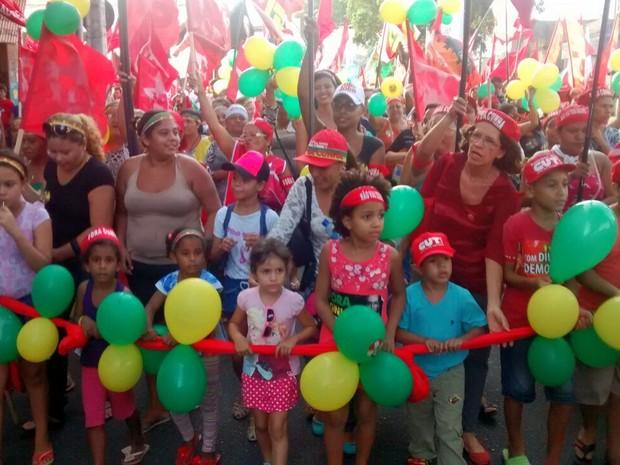 """Manifestantes em ato em Fortaleza gritam """"não vai ter golpe"""" durante caminhada pelas ruas do Centro da cidade (Foto: Elias Bruno/G1)"""