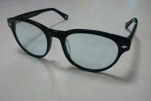 4003915420844 Óculos com lentes azuladas ajudam a evitar o cansaço dos olhos depois de  uma longa exposição