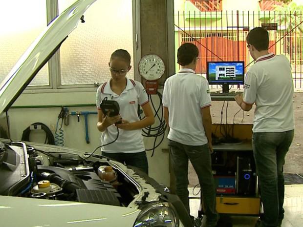 Curso de mecânica do Senai ajuda a formar mão de obra qualificada (Foto: Ely Venâncio/EPTV)