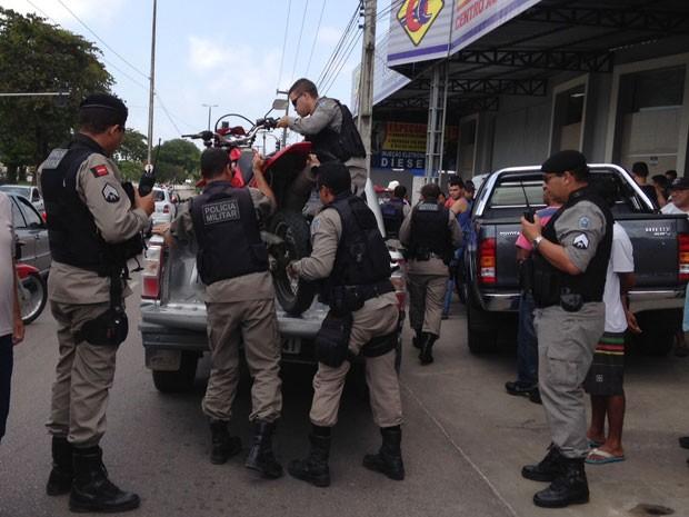 Polícia prende assaltante e apreende motocicleta usada por ele para praticar o crime (Foto: Walter Paparazzo/G1)