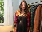 Com barrigão, Flávia Sampaio é paparicada em evento de moda