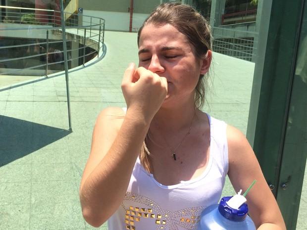 Estudante Chayane Souza, 18, se desesperou após ser impedida de fazer prova por falta de documento com foto, em Goiânia (Foto: Paula Resende/G1)