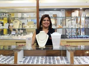 Vendedora de joias em oferta no comércio popular (Foto: Divulgação/Press Rio )