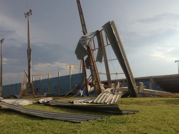 Arquibancada do parque Jaques da Luz destruída pelo vento (Foto: Gabriela Pavão / do G1 MS)