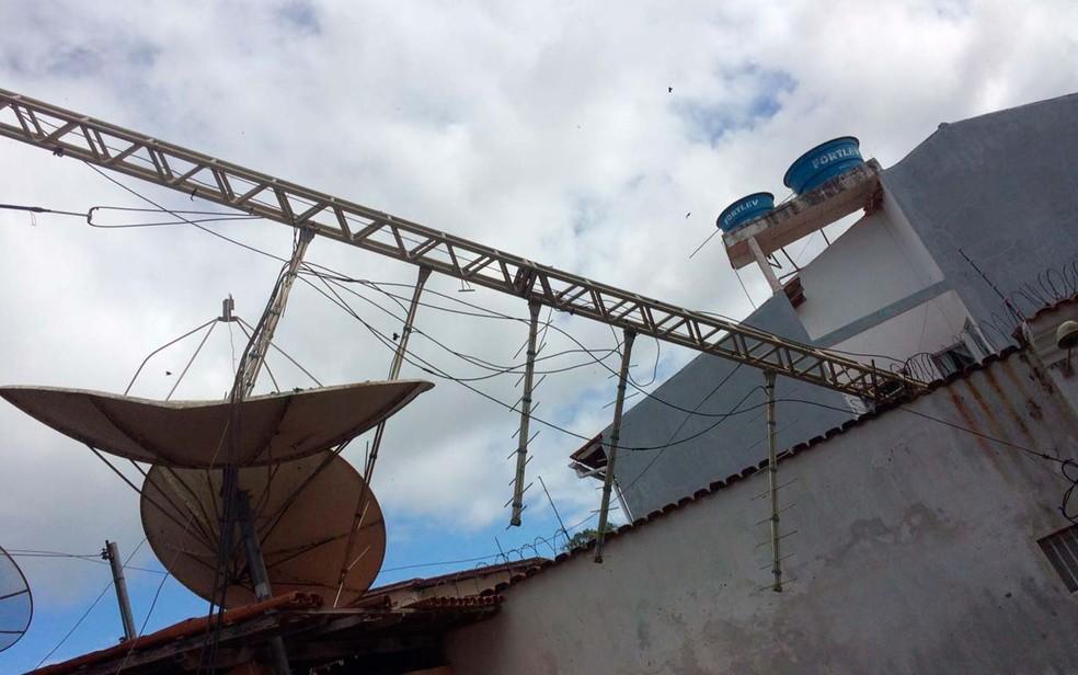 Torre de antena de transmissão cai em casa no sul da Bahia (Foto: Prado Online)