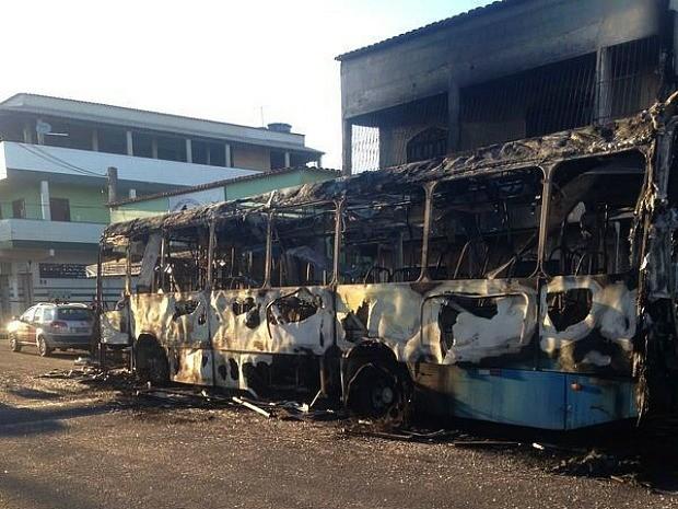 Grupo para ônibus no Espírito Santo, manda passageiros descerem e ateia fogo (Foto: Leandro Tedesco/ TV Gazeta)