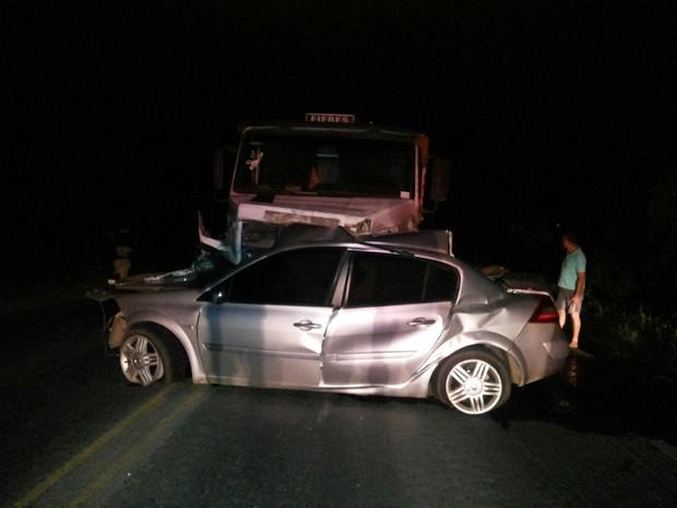 Caminhão arrastou por 105 metros carro após colisão em Agronômica. (Foto: PRF/Divulgação)
