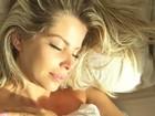 Karina Bacchi posa com a barriga de fora e dá 'bom dia' na cama