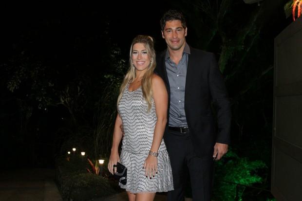 Victor Pecoraro e a mulher no casamento de Renata Dominguez (Foto: Thyago Andrade / Foto Rio News)