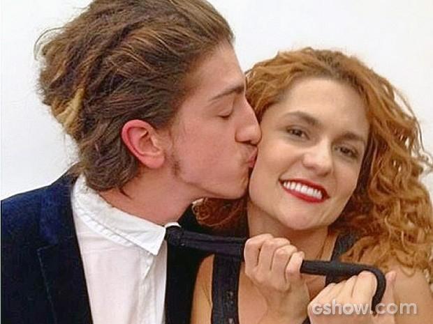 Os intérpretes do Nando e da Gina em momento de cumplicidade (Foto: Meu Pedacinho de Chão / TV Globo)