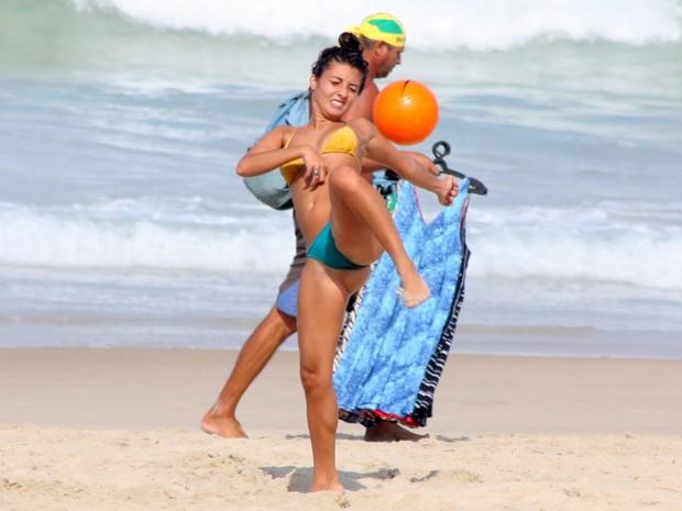 Júlia Oristanio na praia de Ipanema, RJ (Foto: JC Pereira/Foto Rio News)