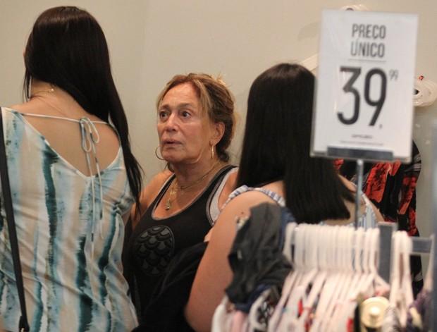 Susana Vieira em noite de compras (Foto: Thiago Martins/AgNews)