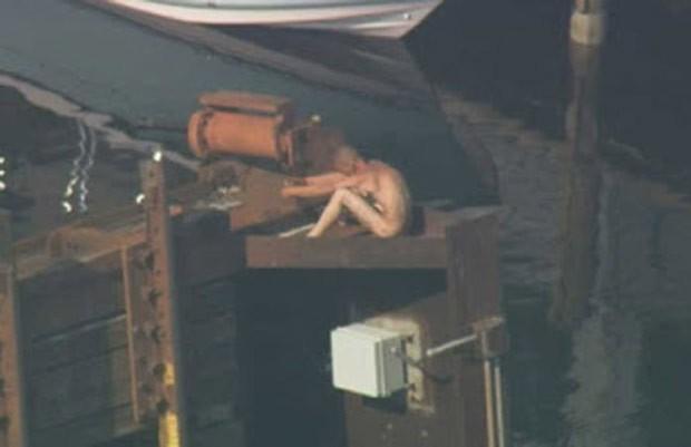 Homem caminhava por ponte, quando ela começou a subir (Foto: Reprodução/YouTube/Associated Press)