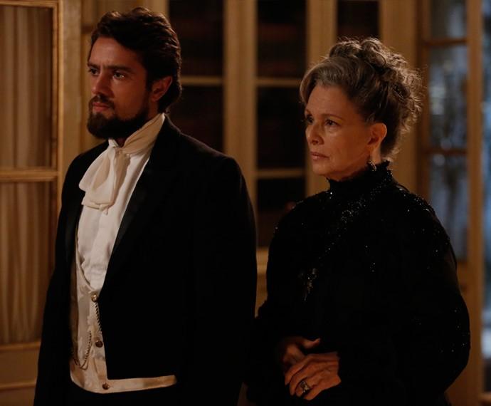 Felipe e Vitória percebem o movimento e vão ao encontro de Emília (Foto: Fábio Rocha/Gshow)