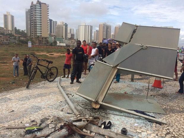 Ponto de ônibus foi destruído após batida que matou dois pedestres em Salvador (Foto: Renan Pinheiro/TV Bahia)