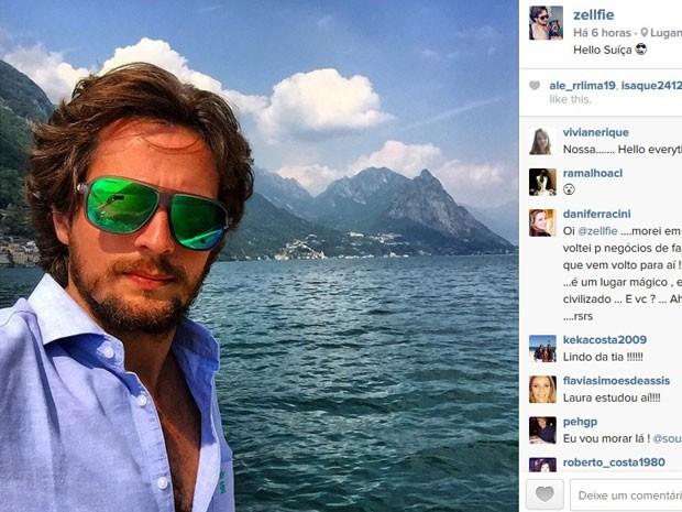 O paranaense Zé Victorelli sempre posta fotos de suas viagens no Instagram e em outras redes sociais; ele é conhecido como Zellfie, uma mistura de seu nome com a palavra 'selfie' (Foto: Reprodução/Instagram/Ze Victorelli)